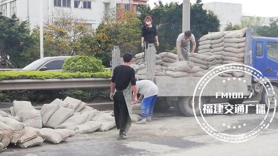 突发!福州三环一货车侧翻,水泥袋掉落一地,司机说没想到有坑