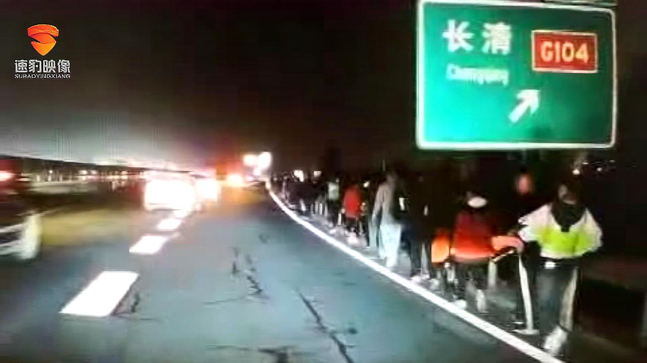 """最美守护!旅游大巴坏在高速路,交警:""""我们用警车护送你们!"""""""