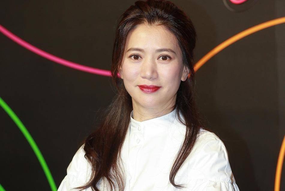 张智霖夫妇携手现身,袁咏仪扎公主头无修图堪比精修,哪像48岁