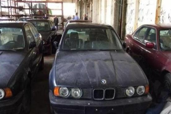 刚出厂的宝马被扔在仓库,25年后重见天日,新车保护膜都没撕