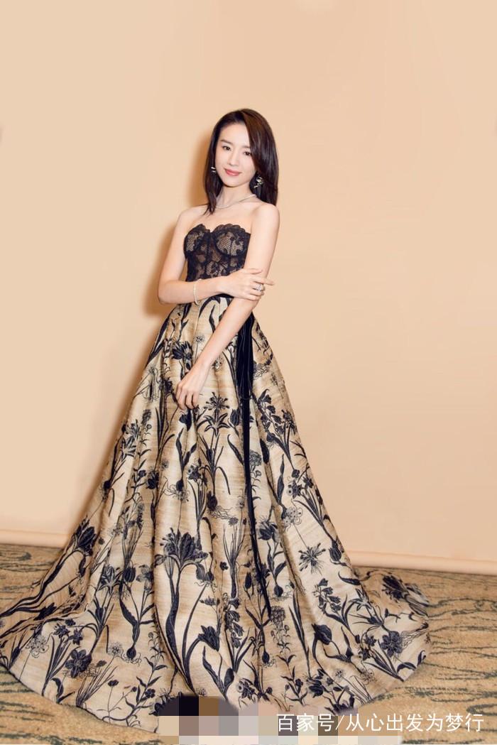董洁好像天生就带着一种书卷气息,这件衣服还有着一种高级的时尚感,给