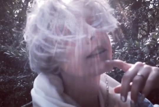 Andi发视频,风格迷幻颓废,阳光下婚戒亮眼,吴卓林抽烟姿势老道
