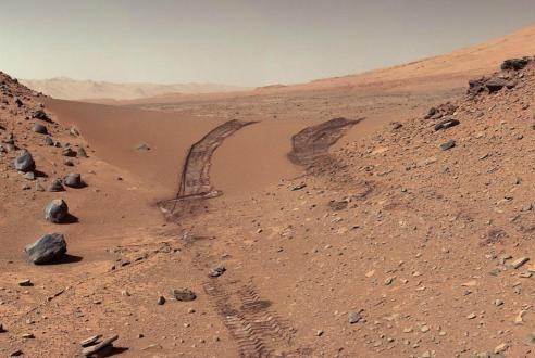 探测器在火星南极发现一个新鲜的陨石坑,它的撞击图案非常特别