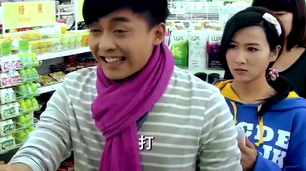 结巴小伙在超市结账,后面的美女无辜中招,超搞笑