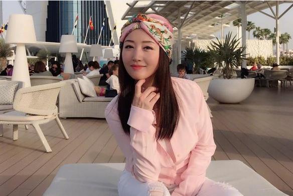 48岁杨钰莹旅行晒美照,白衣飘逸身材纤细,气质优雅似仙女