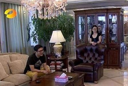 晒晒李湘的豪宅内景:家里摆满了名贵家具,但房子空间却很拥挤