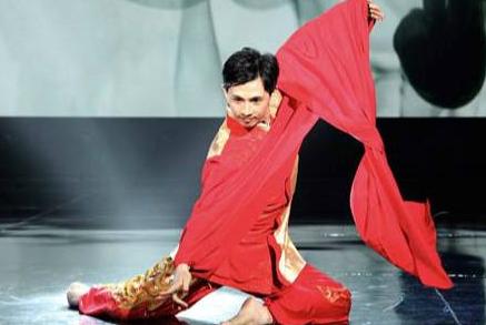 他是国家一级演员,在春晚舞台上一炮而红,今42岁成为人生赢家