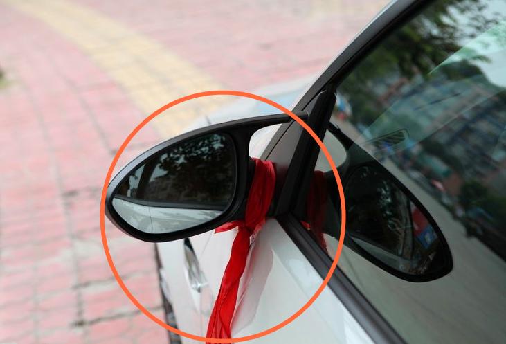 开车遇到系红绳的车辆,老司机都会主动避让,原因其实很简单!