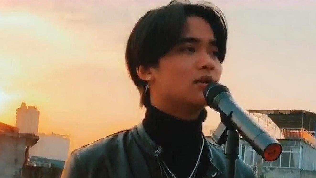 小伙翻唱陈小春《友情岁月》,音乐刚起,唤醒了多少人的童年回忆