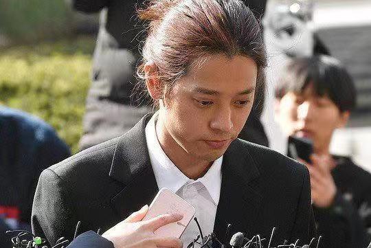 郑俊英被移送检方,满脸胡渣,目光呆滞,最高刑期可能会判七年半