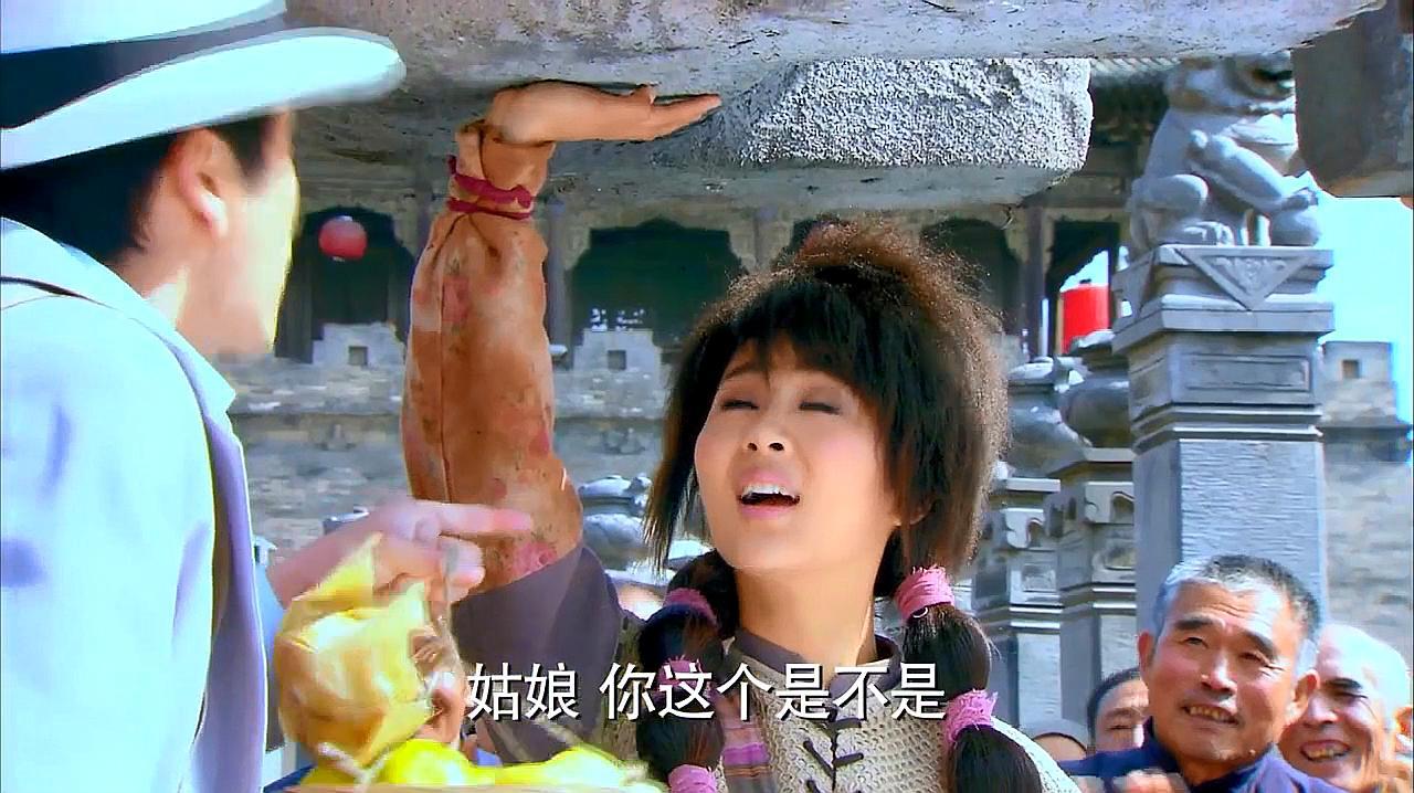 胭脂霸王:杨紫看着瘦小,万万没想到她竟能单手举起一个石狮子!