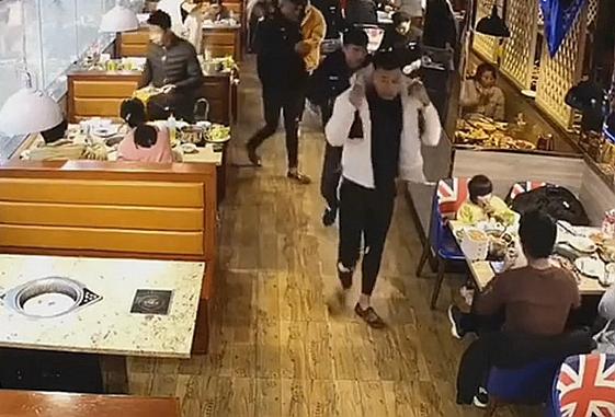 """舒城两男子穿仿制警服饭店互称""""所长""""被拘时称:就是觉得保暖"""