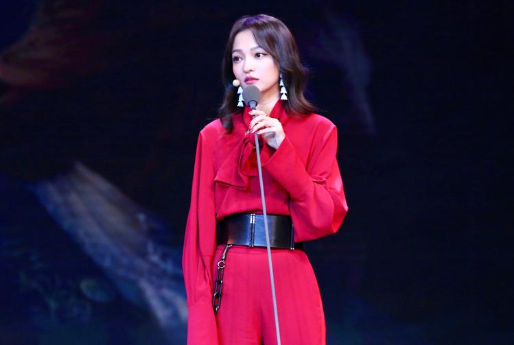 张韶涵终于高调美一回,一袭红色连体裤美艳动人,真的37岁了?
