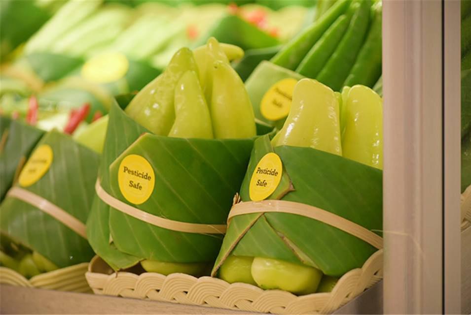 泰国清迈一超市用芭蕉叶取代塑料袋包装蔬菜