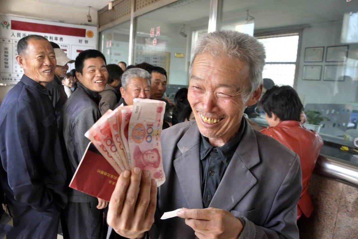六十岁后的老人,该不该把存款拿出来花,还是继续存着?
