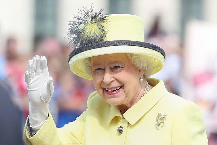 女王总不愿意脱手套超诡异,某天她不小心露馅,网友:是紫色的手