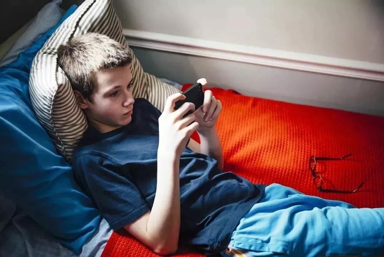 孩子沉迷手机,瞧瞧人家的妈,巧使妙招就让孩子放下手机
