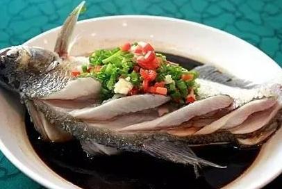 """吃鱼时第一筷子吃哪,就能看出一个人的""""地位"""",据说富豪都吃这"""