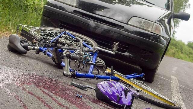 小汽车顶翻自行车,住院一天花2000,医生:伤情可大可小