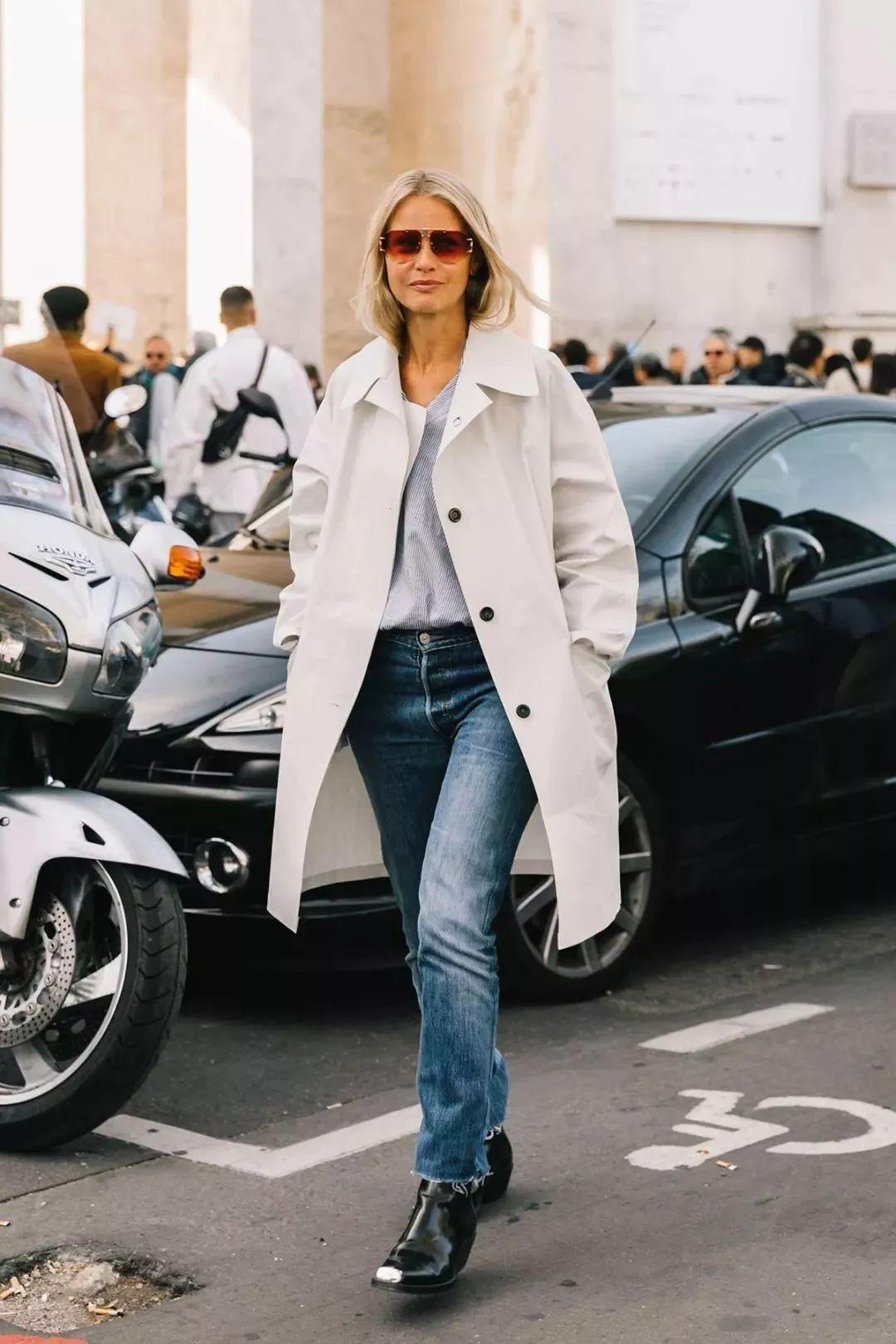 荷叶边上衣,小香风外套本是很淑女的单品,搭配直筒牛仔裤和切尔西靴