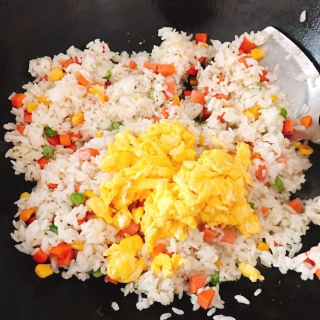 火腿杂菜炒饭,香软好吃,口感丰富,上班族最爱的快手餐