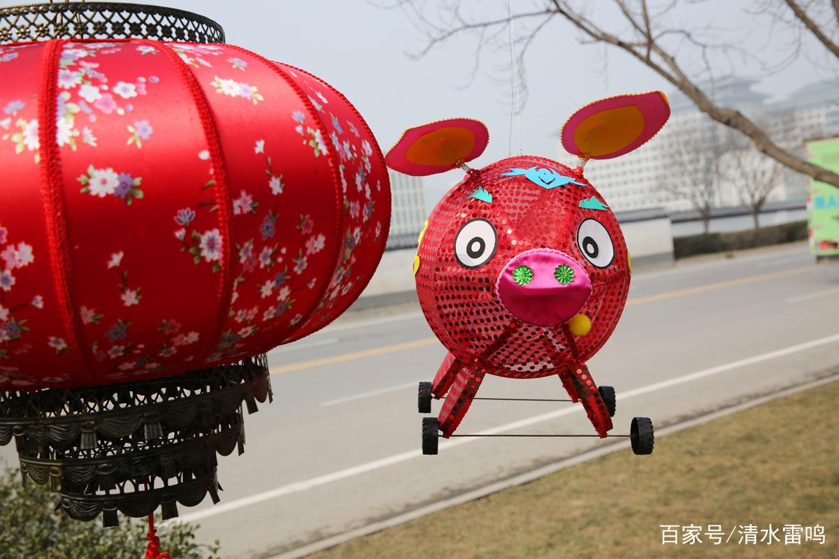 这个可爱的生肖猪灯笼是外地产的.图片