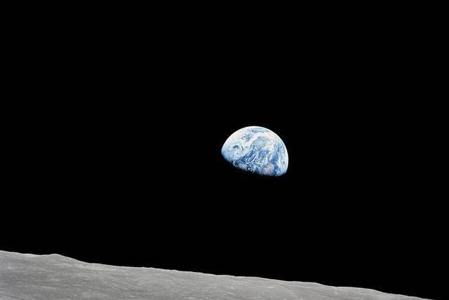 网友问:为什么很多太空中拍摄的照片,背景一片黑暗没有星星?