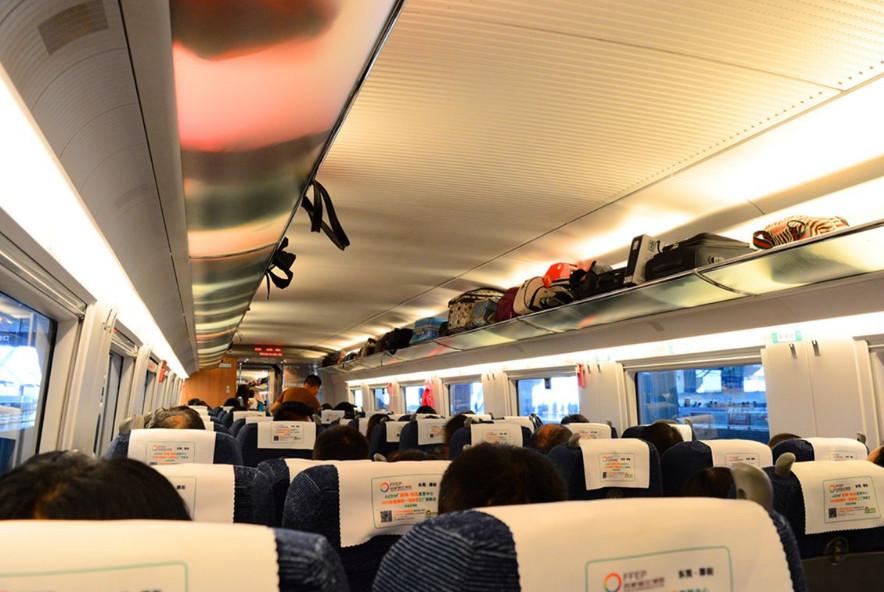 中国高铁上:外国洋婆子脚搭扶手上,还对中国乘客竖起了中指