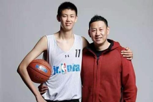 李楠携爱子来辽宁观赛:17岁儿子比李楠高一头,身材却不如李楠壮
