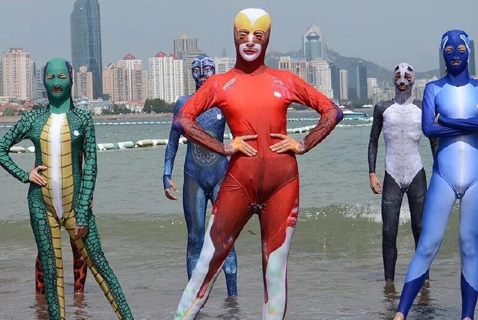 泳装能被设计得多丑?这款应该已经让人无法直视了