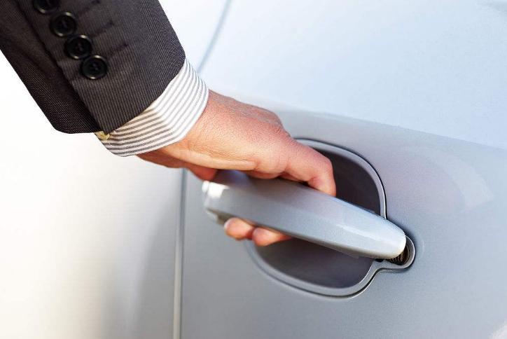 为啥有些车主锁车后还要拉一下车门?这种操作有啥必要?