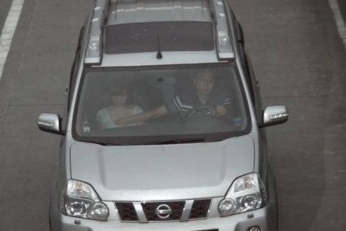 比亚迪车主高速路上的这种行为,比打电话还危险,交警见了都无语