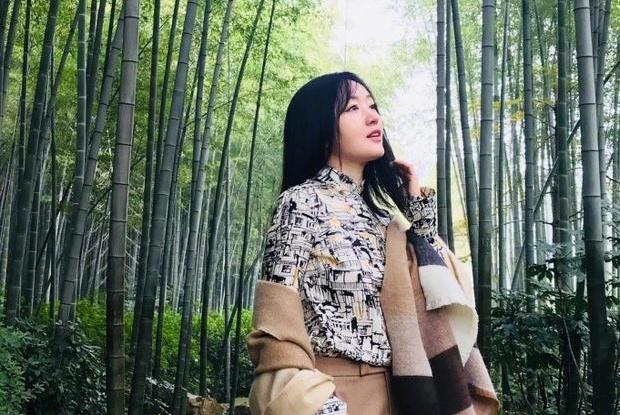 """48岁""""不老女神""""杨钰莹蛋黄装出席活动 身材婀娜皮肤似""""少女"""""""