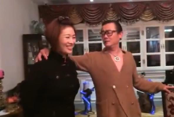 周立波的国外生活很惬意,和太太一起跳舞,还不忘高歌一曲