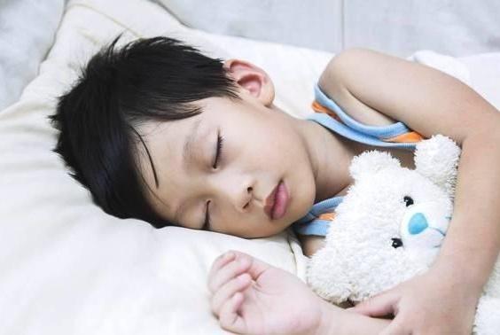 何时给孩子分床才是最佳?其实跟年龄无关,别再伤害孩子了