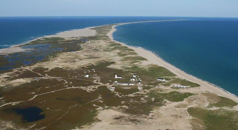 全球岛屿总数达5万个以上,每个岛屿的面积大小不一,小的不足1平方公里,大的达几百万平方公里。由于岛的形状、海拔和大小不一,每个岛屿都有自己的特色,有能分能合的岛、会啼哭的岛等等,但接下来要讲的一个怪岛被称为海上坟场,也被称为会旅行的岛。  塞布尔岛,位于加拿大新斯科舍省西南300公里处的北大西洋中,东西长40公里,面积约80平方公里。岛上全是泥沙,没有大树,只有一些沙滩小草和矮小的灌木。小岛四周都是流沙浅滩,船只只要触到四周的流沙浅滩,就会遭到翻沉的厄运。  据不完全统计,几百年来这里有500多艘
