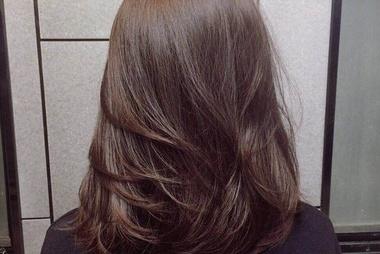 一百元的染发和一千元的染发有何区别?理发师:这个锅我不背