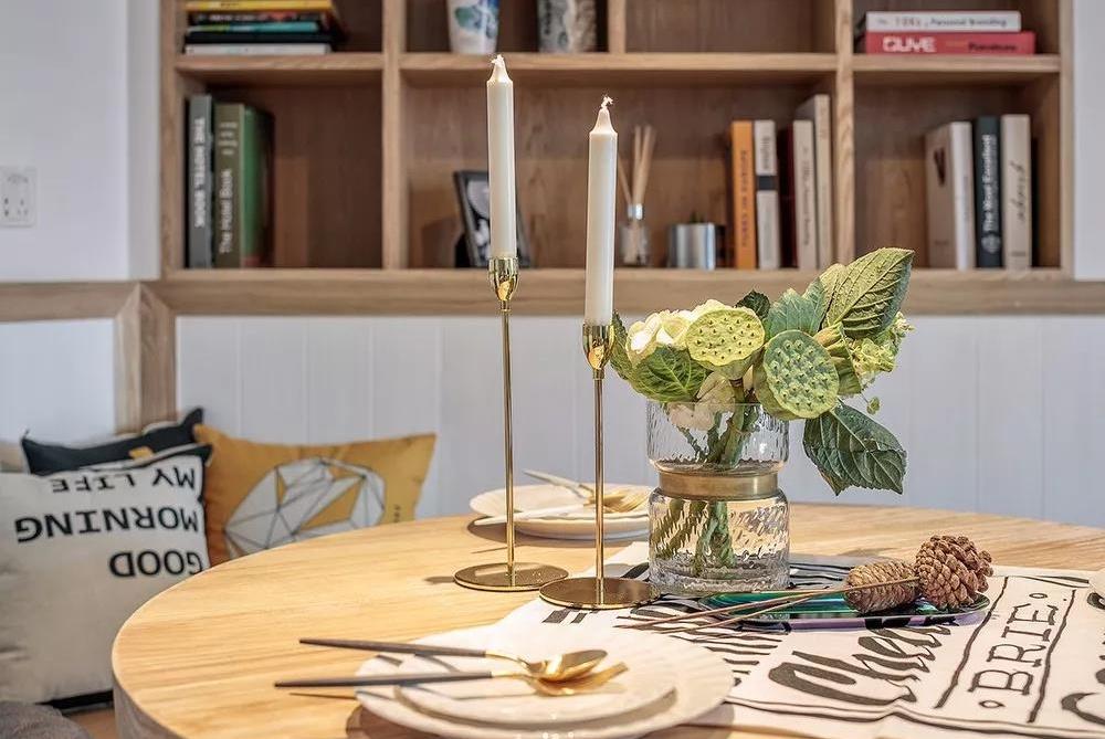 S型的过道,独具创意的餐厅,搭配上金色的软装,全屋趣味极了!