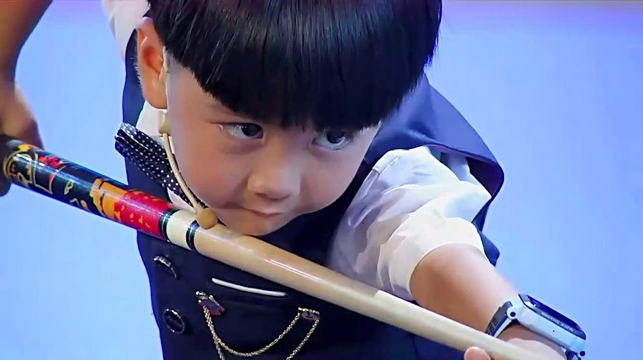最萌花式台球小朋友,炫酷来袭,这技术引全场欢呼!