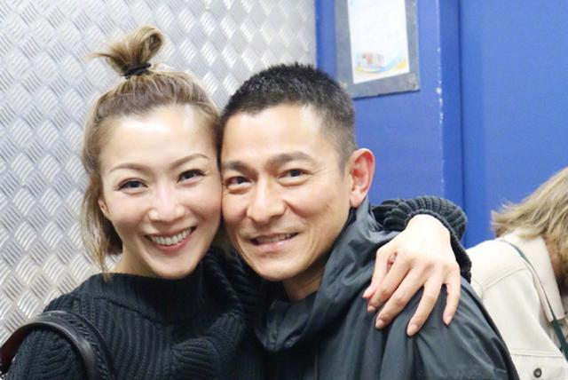 郑秀文电梯偶遇刘德华,当场尖叫,却遭网友吐槽:你的脸怎么了?