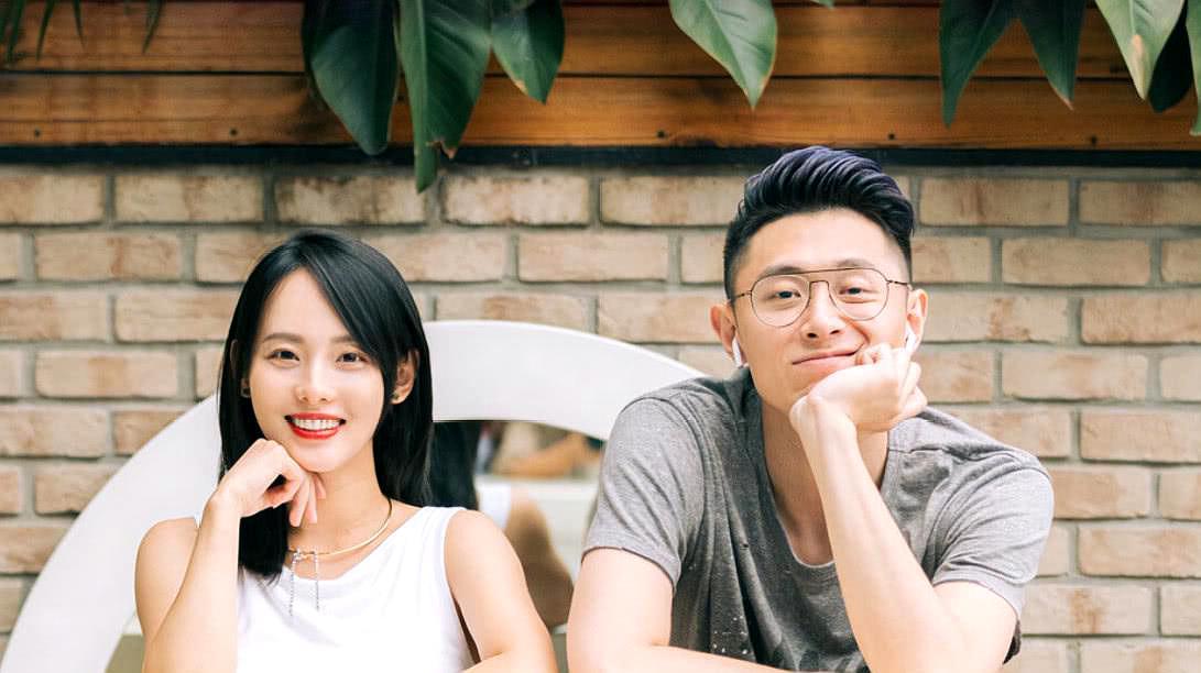 张嘉倪买超妻合体现身录制节目狂撒狗粮!这对夫妻幸福满满!