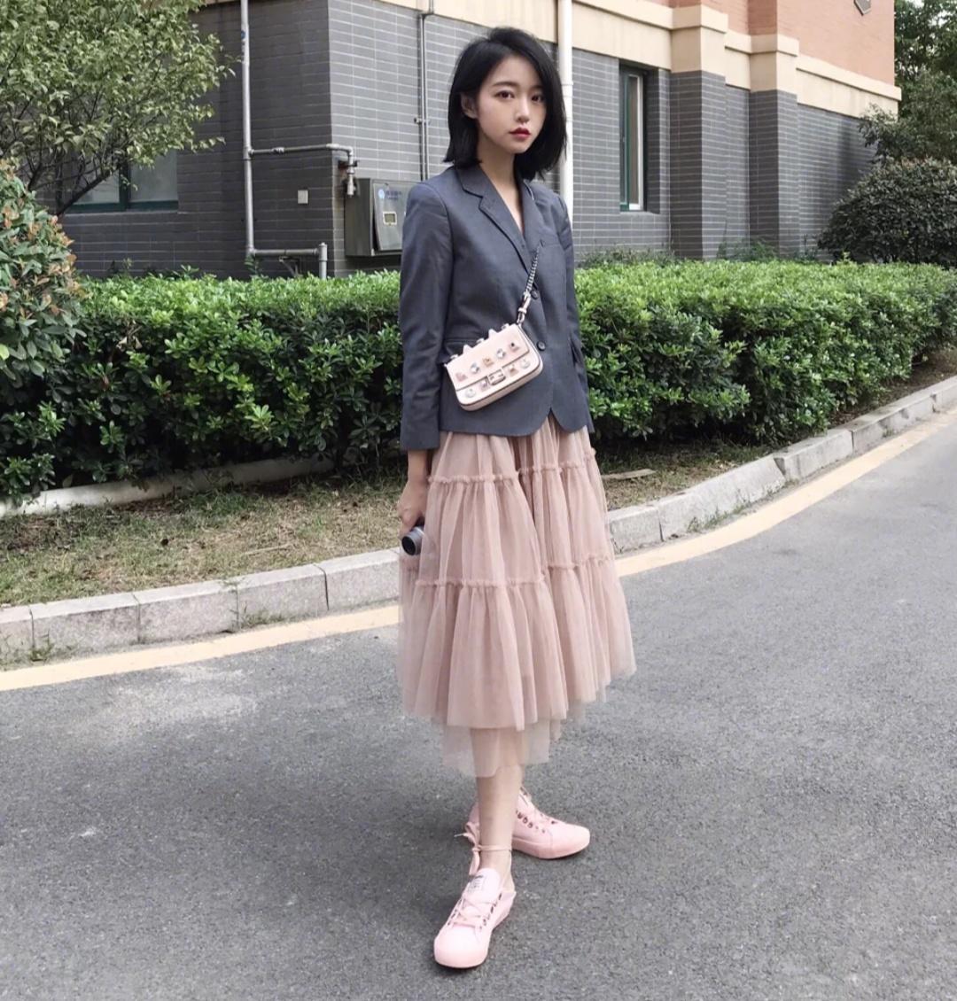 女生现在流行的衣服_2019春季流行穿搭:小西装和仙女裙穿出混搭时尚感,洋气不撞衫!