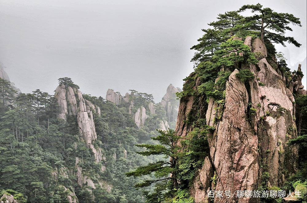 一组美丽的安徽黄山风景照,山石粗犷而冷峻