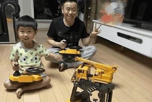 参观下潘长江的豪宅:家里只是刷个大白墙,一家人一起生活真幸福