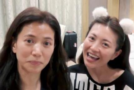 同是素颜出镜,40岁章子怡没画眉毛气质减半,48岁袁咏仪却很耐看