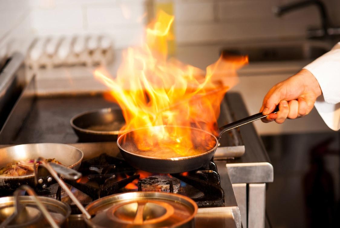 亲身经历告诉你:夏天厨房太热,装凉霸能降温吗?很多人想错了!