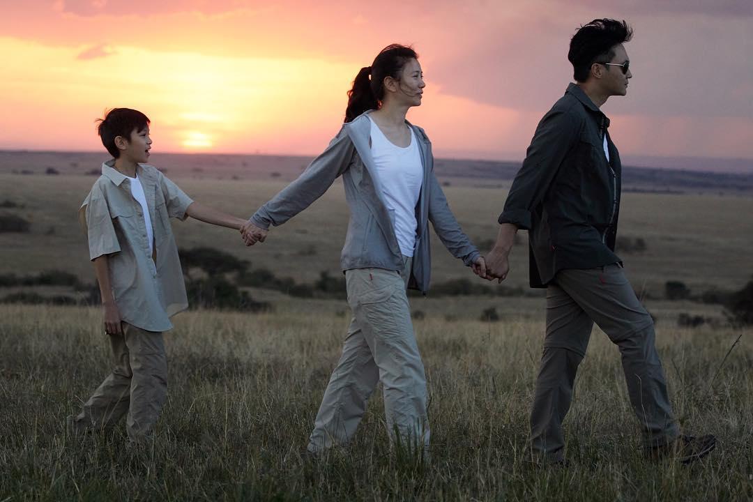 日常生活十分甜蜜的他们,有了儿子张慕童,三口之家,时常到外旅游度假