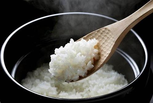 煮米饭万万不可直接倒水下锅,多加这几步,米饭喷香,孩子食欲好