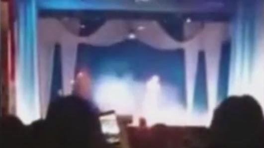 女歌手演唱会上突然倒下,高音飙到一半猝死