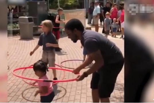 小女孩腰都没碰到呼啦圈,但它却神奇自转起来,妈妈快笑哭了
